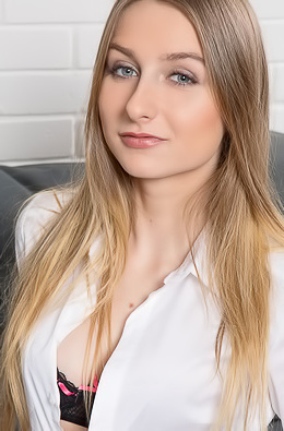 Sweet Amelia Gin Is A Blonde Natural Beauty