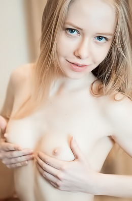 Cutie makes pictures of her shaved pussy
